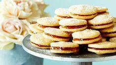 Täytä herrasväen pikkuleivät mieleiselläsi hillolla. Voit tehdä pikkuleivät etukäteen pakasteeseen ja nostaa juhlapöytään. Cookie Bars, Deserts, Food And Drink, Bread, Cookies, Baking, Breakfast, Sweet, Recipes