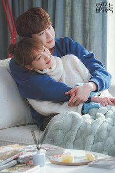Lee Jong Suk ❤❤ 'Romance is a bonus book' Drama ^^ Lee Jong Suk, Jung Suk, Lee Jung, Asian Actors, Korean Actors, Korean Dramas, Hug Pose, Love 020, Kang Chul