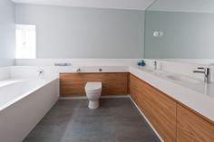 minimalistisches bad weiße arbeitsplatte holz unterschrank grifflos