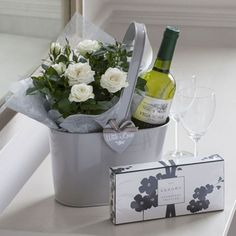 49 Stylish DIY Wine Gift Baskets Ideas The post 49 Stylish DIY Wine Gift Baskets Ideas & Geschenk Inspirationen appeared first on Gift . Hostess Gifts, Holiday Gifts, Christmas Gifts, Housewarming Gifts, Simple Gifts, Unique Gifts, Wine Gift Baskets, Deco Floral, Gift Hampers