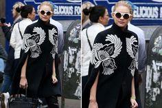 Capas, la prenda indispensable del invierno  En color negro y con un bordado que se convierte en protagonista, así es la elección de Gigi Hadid.         Foto:Vía WhoWhatWear.com