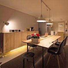 #spacemanual #공간사용법 #전셋집 #인테리어 #신혼집 #거실인테리어 #이케아 #이바르 #slabwood #table #ikea #ivar #foto #tracklight #greywall #interior #livingroom #dining #brownrug #eiffelchair