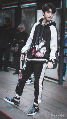 Looks great asian boys cute korean fash Cute Asian Guys, Cute Korean Boys, Korean Babies, Cute Guys, Korean Fashion Men, Boy Fashion, Fashion Outfits, Grunge Outfits, Boy Outfits