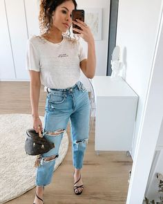 Mom jeans: 30 looks que vão te incentivar a apostar na tendência [2020] Moda Plus Size, Destroyed Jeans, My Outfit, Casual Looks, Girl Fashion, Moda Fashion, Mom Jeans, Street Style, My Style