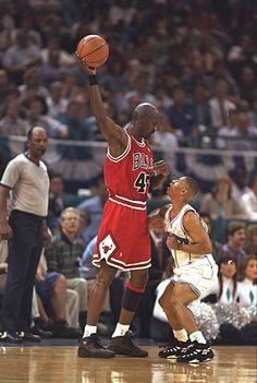 Muggsy Bogues and Michael Jordan. Bogues a fait une carrière honorable en NBA malgré sa petite taille (moins d'un mètre soixante si ma mémoire est bonne).