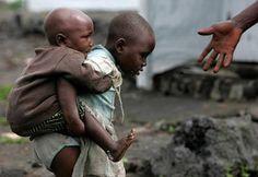 Un reciente informe de la ONU revela que en Ruanda no hubo solamente un genocidio, sino dos. La lucha por los recursos del este del Congo produjo una rivalidad entre Francia y Estados Unidos, que llevó a ambos a financiar guerrillas que cometieron los genocidios de las comunidades tutsis y hutus, sobre la base de la rivalidad étnica y con la complicidad de Ruanda y Uganda.