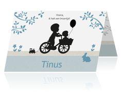 Lief liggend kaartje met silhouetten van twee broertjes op kraftpapier. Jongetje op fiets met bakje waarin een broertje zit.