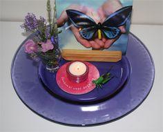 """Zomerse kijktafel met een vlinder die op handen is geland. Deze kijktafel staat uitgebreid beschreven in het Kijktafelboek in het hoofdstuk """"Zomer'."""
