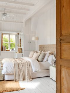 Dormitorio principal. Pared y techo de lamas de madera blancas. Cabecero tapizado en capitoné 00408203