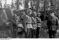 General Field Marshal Erwin Rommel with his baton during an inspection of the Panzer Divisiin and coastal defenses of the Atlantic Wall in France just before D-Day (May-June Bundesarchiv Bild German Soldier, German Army, Luftwaffe, La Sarre, Erwin Rommel, Self Propelled Artillery, Afrika Korps, Ww2 Photos, History Online