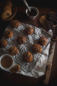Γεμάτα με την πλούσια γεύση του φυστικοβούτυρου, αλλά και με μεγάλα κομμάτια σοκολάτας που λιώνουν με το ψήσιμο και σκάνε στο στόμα με κάθε δαγκωματιά. Chip Cookies, Peanut Butter, Chips, Sweets, Cooking, Recipes, Wafer Cookies, Kitchen, Potato Chip