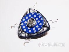 Voici ce que je viens d'ajouter dans ma boutique #etsy : Broche polymère fantaisie artisanale bleu marine pois blanc et spirales noires et blanches http://etsy.me/2HPvzI9 #bijoux #broche #bleu #oui #filles #non #blanc #sciencefictionetfantastique #anniversaire