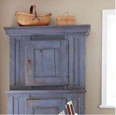 Absolutely loving this colour! A French Touch recommends using Annie Sloan chalk Paint in Louis Blue to copy the look. ♥♥♥