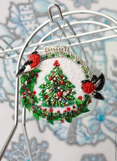 Купить Брошь елочная игрушка - елочная игрушка, вышитая брошь, елочный шар, птички, снегирь