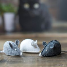 Felt Mouse DIY Cat Toy - Lia Griffith Make your own felt mouse DIY cat toy with this super-simple do Felt Crafts Patterns, Felt Crafts Diy, Cat Crafts, Bear Patterns, Blanket Patterns, Doll Patterns, Flower Patterns, Fabric Crafts, Paper Crafts