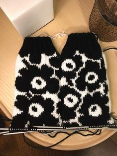 Unikko-kuosi neuleessa – Diyprojects_finnish Fair Isle Knitting Patterns, Knitting Stitches, Knitting Socks, Wool Socks, Knitting Accessories, Knitted Bags, Diy Clothing, Knitting Projects, Knit Crochet
