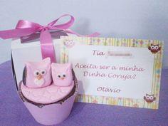 Kit convite-presente para madrinhas e padrinhos de batismo. Tema: coruja.  O kit contém: - 1 caixa para cupcake; - 1 saia (wrapper) para cupcake; e - 1 cartão-convite personalizado. * O cupcake comestível não acompanha o kit.  Impressão à laser, colorida e em papel couchê (tipo cartão de visitas).    Compre em: www.boutiquedeencantos.elo7.com.br