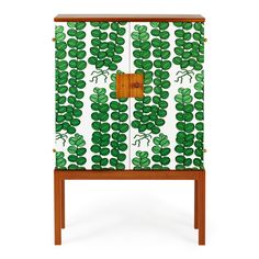 Josef Frank designed the fabric-clad 522 cabinet in 1934-35 after turning his gaze to Great Britain. Dressing furniture with fabric was part of the British furniture culture and what appealed to Frank was the contrast between the hard wood and the soft fabric. The cupboard is made of mahogany and covered with Celotocaulis textile.