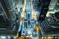 hánh đường St. Patrick – một công trình kiến trúc lịch sử quốc gia Mỹ – nhìn từ trên cao. Đây là nhà thờ Công giáo lớn nhất ở New York. Vào dịp Giáng sinh và năm mới, nơi đây thu hút rất đông du khách đến cầu nguyện và chụp ảnh. Con số 3 triệu lượt viếng thăm mỗi năm quả là đáng mơ ước đối với một thắng cảnh tôn giáo.