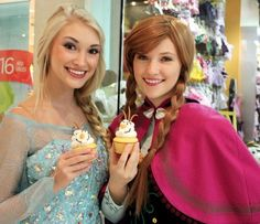 """Florida teens impersonate """"Frozen"""" characters, delight the kids at children's hospitals."""