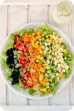 Bunt gemischter Salat mit Buttermilchdressing