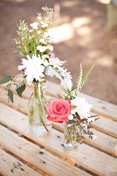 Love this #simple arrangement of #wedding flowers. Perfect for an outdoor ceremony this summer!