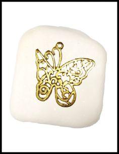 Μπομπονιέρα σε πέτρα με πεταλούδα.