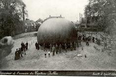 """Nee, bijgaande prachtplaat verscheen niet in de krant, want die deed toen nog niet aan plaatjes. Wel wordt uitvoerig aandacht besteed aan de lancering van de luchtballon Etoile du Nord onder leiding van de aeronaut, de heer Julhes, want het was een geheel Franse onderneming, georganiseerd door de Amsterdamse vestiging (!) van de """"Figaro"""". Weliswaar is het al 103 jaar geleden, dat Montgolfier in 1783 de eerste luchtballon liet opstijgen, maar de ballonvaart lijkt nog vast in Franse handen te…"""