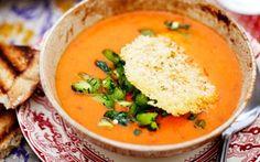 Hot tomatsuppe med grøn pebersalsa og parmesankiks