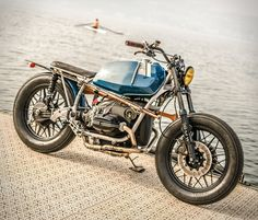 This amazing build comes from Switzerland and was created by VTR Customs, a workshop with a little crew of 3 BMW fanatics. Named Willoughby 65, this elegant bike started as a BMW R65 and was upgraded with a Siebenrock 860cc Power Kit and two Keihin F