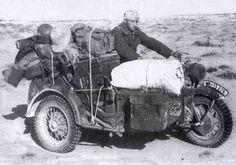 África, motocicleta Zundapp KS 750 con el sidecar utilizado para transporte de material, retirándose del frente de guerra.