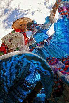 DEL MEXICO DE MIS AMORES # 2. DAR A CONOCER LAS BELLEZAS DE UN PAIS, LLENO DE HISTORIA, COLORIDO, PAISAJES, AROMAS, ARTESANIAS, COMO ES MI MEXICO LINDO Y MUY, PERO MUY QUERIDO: http://www.pinterest.com/gennytzin/del-mexico-de-mis-amores-2/ __________ [Dancing in] Beautiful Jalisco  Photos - Google+