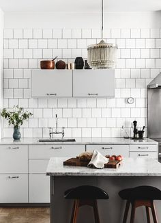 The tiles cover the entire kitchen wall, which also looks great. Beautiful living kitchen - via Coco Lapine Design New Kitchen, Kitchen Dining, Kitchen Decor, Dining Room, Kitchen Ideas, Stylish Kitchen, Room Interior, Interior Design Living Room, Cocinas Kitchen