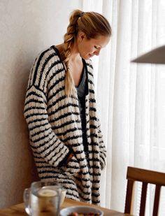 Strik en smart jakke i blød alpakka | femina Oversized Cardigan, Knit Cardigan, Knitting Projects, Knitting Patterns, Knitted Coat, Knit Crochet, Men Sweater, Cardigans, Stylish