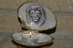 Clam Shell A Beautiful Black Glitter Jewelry Box Shell With Image Of Lion Inside Make A Great Gift. Great for Rings,Earrings,Necklace are any small jewelry that you may wish to use it for. Also great for holing a T-candle. I also sell DIY Clam Shell Custom order in sets of three 100% natural Clams with Hinges attach to Back of shells, ready for your own DIY Imagination projects for the cost of $12.00 set of three. will need a ETSY conversation for DIY custom orders. Size very 3-41/2