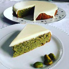 Fondant à la pistache & glaçage chocolat blanc Super Dieta, Desserts With Biscuits, Masterchef, Crazy Cakes, Sweet Cakes, Savoury Cake, Clean Eating Snacks, Love Food, Sweet Recipes