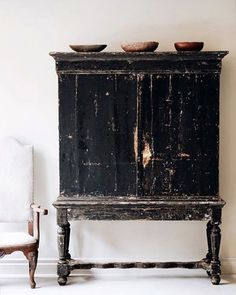 Never met a piece of black worn and distressed furniture that I didn't love. This is no exception! 👌🏼 #homeinspo #toneandtexture…