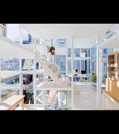 Un habitant de la maison circulant dans la House NA/©Sou Fukimoto Architects
