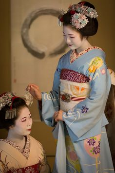 "geisha-kai: "" July 2015: maiko Komako and Hinayuu of Gion Higashi by ta_ta999 - blog "" notice how they have switched up the Gion Matsuri kanzashi. The dragonfly kanzashi was 2015, but the sensu kanzashi was a previous year"