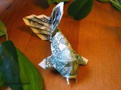 ein Koi aus einem Dollar gefaltet