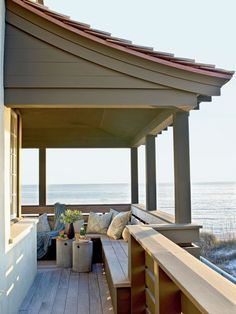 Summer style!! Gorgeous summer outdoor deck terrace with built-in bench!