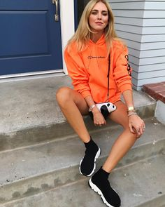 Moletom laranja com shorts e tênis preto