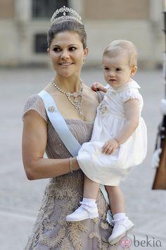 La Princesa Victoria de Suecia con su hija Estela llegando a la boda de Magdalena de Suecia y Chris O'Neill