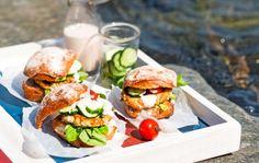 Fish burgers for pic nic - Kallvikin kalahampurilaiset, resepti – Ruoka. Fish Burger, Salmon Burgers, Seafood, Recipies, Eat, Ethnic Recipes, Anna, Recipes, Salmon Patties