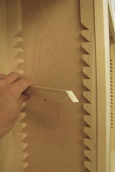 How Craftspeople Built Height-Adjustable Shelves Before the Industrial Revolution - Woodworking Techniques, Woodworking Tips, Diy Wood Projects, Wood Crafts, Carpentry And Joinery, Shelf Supports, Built In Bookcase, Bookcases, Diy Holz