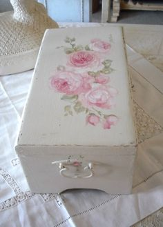 The Shabby Chic décor style popularized by Rachel Ashwell and Arhaus seeks to have an opulent vintage look. Shabby Chic furniture is given a distressed look by covered in sanded milk paint. Shabby French Chic, Shabby Chic Trunk, Shabby Chic Mode, Style Shabby Chic, Shabby Chic Kitchen, Shabby Chic Cottage, Vintage Shabby Chic, Shabby Chic Furniture, Vintage Style