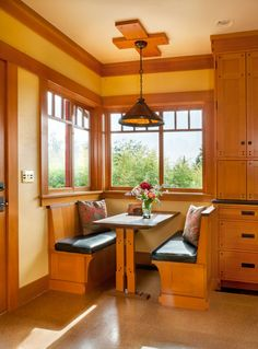 Gamble On Design - Joachim Paulus - Gamble On Design A cozy breakfast nook is right out of the bungalow period. The mica-shade chandelier from Rejuvenation echoes the pendants by Mica Lamp Co. over the island. Bungalow Kitchen, Bungalow Homes, Craftsman Kitchen, Craftsman Style, Mission Furniture, Home Furniture, Plywood Furniture, Furniture Design, Arts And Crafts House