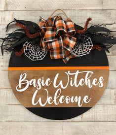 Fall Wooden Door Hangers, Wooden Door Signs, Wooden Welcome Signs, Halloween Wood Crafts, Halloween Door Wreaths, Halloween Door Hangers, Wooden Crafts, Wooden Diy, Diy Wood