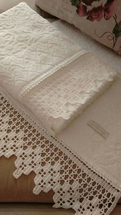 Looking for this crochet edging pattern! FOUND - see next Pin! Crochet Boarders, Crochet Edging Patterns, Crochet Lace Edging, Crochet Leaves, Doily Patterns, Baby Knitting Patterns, Crochet Stitches, Crochet Towel, Crochet Diy