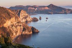 Vue sur l'île de Vulcano, Sicile. http://www.lonelyplanet.fr/article/top-7-des-randonnees-en-sicile #île #Vulcano #volcan #Sicile #Italie #voyage